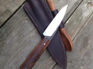 Couteau de table, 100C6, chêne fumé, étui personnalisé avec cuillère sculptée par le client