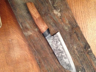 Couteau de cuisine, sandwich acier doux / 135cr3. Manche en chêne morta et chêne. Tranchant ultra fin, couteau très léger