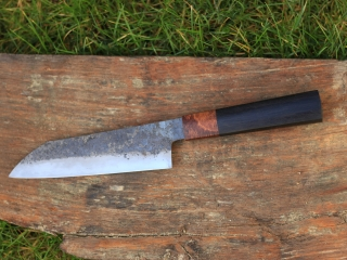 Couteau de cuisine, sandwich acier doux / 135cr3. Manche en chêne des marais et loupe de chêne. Fourreau en chêne