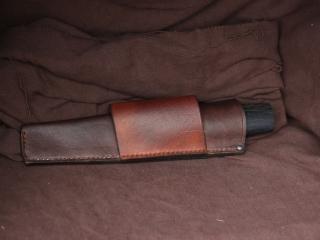 Lame en C130, manche en chêne d'écluse stabilité et chêne en bois de bout, étui en cuir sur mesure